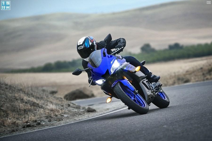 101118-2019-Yamaha_YZF-R3_Team-Yamaha-Blue_Action09_0021.jpg